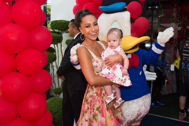Sabrina Sato e Valentina, filha de Mirella Santos, no Aniversário do sobrinho (Foto:  Manuela Scarpa e Marcos Ribas/Photo Rio News)