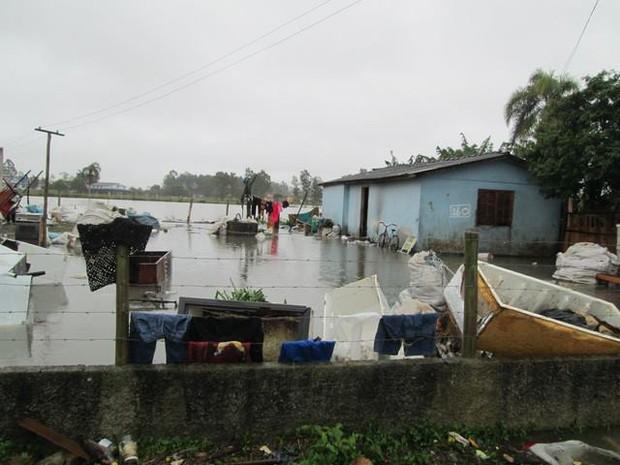 30 famílias já foram retiraradas das residências, segundo a Defesa Civil (Foto: Prefeitura Municipal de Araranguá/Divulgação)