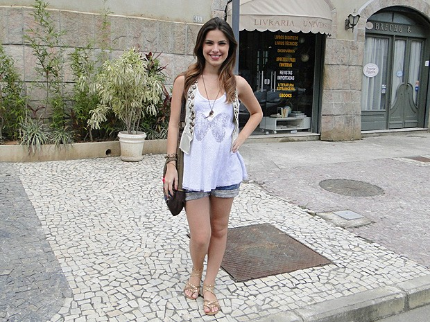 Cristal usa camisetas soltinhas com short (Foto: Malhação / TV Globo)