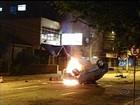 Carro capota e pega fogo durante a madrugada em Porto Alegre