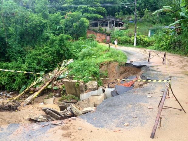 Estrada Velha Carlos Sampaio, em Austin, Nova Iguaçu, ficou destruída após o temporal (Foto: Cristiane Cardoso/G1)