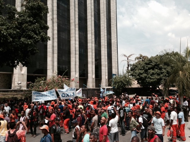Cerca de 500 pessoas faziam protesto para o aumento de salário dos garis na manhã desta sexta-feira (7). (Foto: Guilherme Brito / G1)