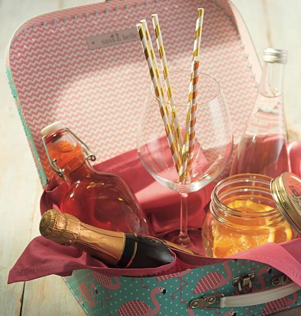 Essa sugestão é para quem adora de coisas diferentes: uma maletinha vintage serve de embalagem para um minibar especial. Coloque as bebidas que seu amigo ou parente mais gosta pronto. Esse presente criativo merece um brinde!  (Foto: Cacá Bratke/ Editora Globo)