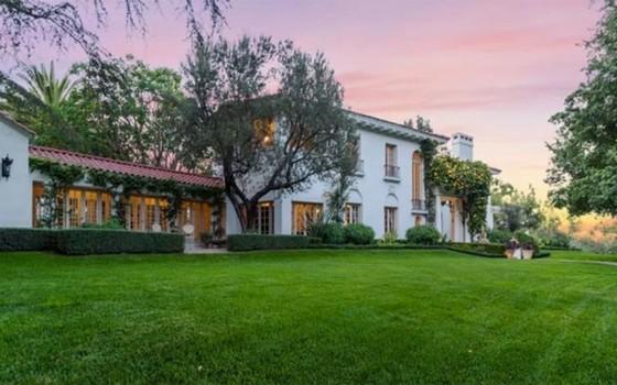 A fachada da nova casa de Angelina Jolie na nobre região de Los feliz, em Los Angeles (Foto: Reprodução)