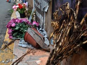 Flores tomam conta da fachada da boate Kiss (Foto: Luiza Carneiro/G1)