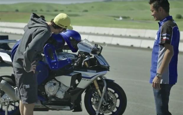 Valentino Rossi foi desafiado a andar na pista com o Motobot (Foto: Reprodução / Youtube)