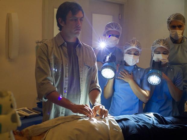 Castilho faz cirurgia através de Caíque (Foto: Estevam Avelar/ TV Globo)