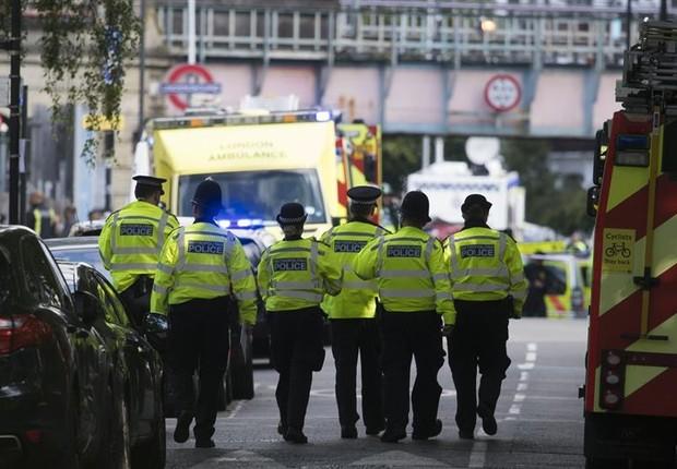 Policiais chegam à estação de trem atingida por uma explosão nesta sexta-feira (15/09) em Londres (Foto: WILL OLIVER/EFE)