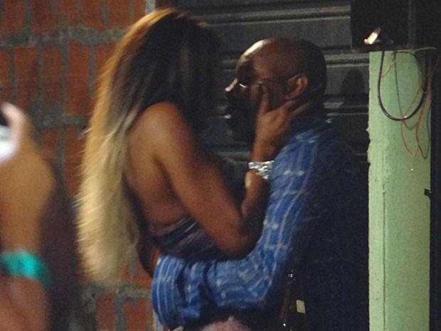 Vanúbia e Pescoço são flagrados aos beijos (Foto: Salve Jorge/TV Globo)