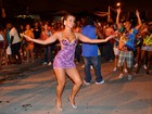 Lucilene Caetano usa vestido curtíssimo em ensaio de rua