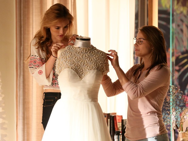 Em cena, Júlia observa o look ao lado da prima (Foto: Isabella Pinheiro/Gshow)