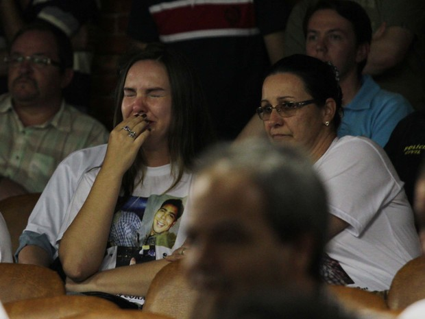 Mulher se emociona durante a divulgação do inquérito policial que indiciou 16 pessoas criminalmente pela tragédia na boate Kiss. (Foto: Rafael Happke/Futura Press/Estadão Conteúdo)