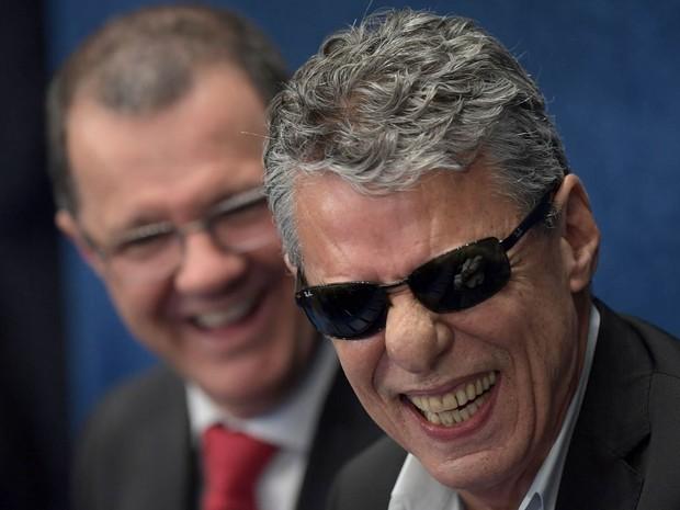 O cantor e compositor Chico Buarque sorri no plenário do Senado, em Brasília, onde a presidente afastada Dilma Rousseff apresentará sua defesa no processo de impeachment (Foto: Evaristo Sá/AFP)