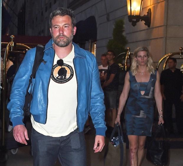 Com cara de poucos amigos, Ben Affleck e novo affair saem juntos de hotel em NY