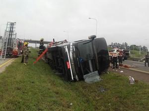 Ônibus do RS tomba e deixa mortos na Argentina (Foto: Reprodução/Twitter/Angel Sotera)