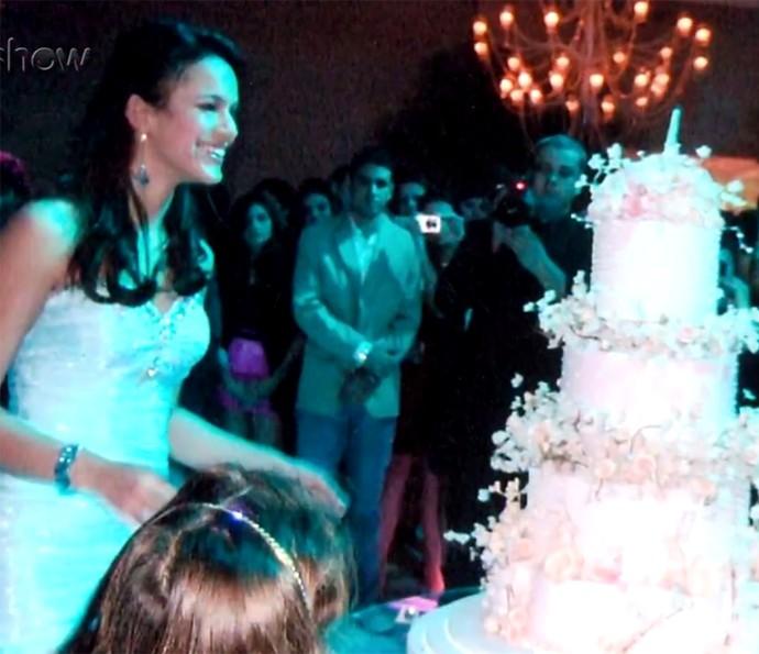 Que bolo LIN-DO! Bruna arrasou na escolha para os seus 15 anos (Foto: Gshow)