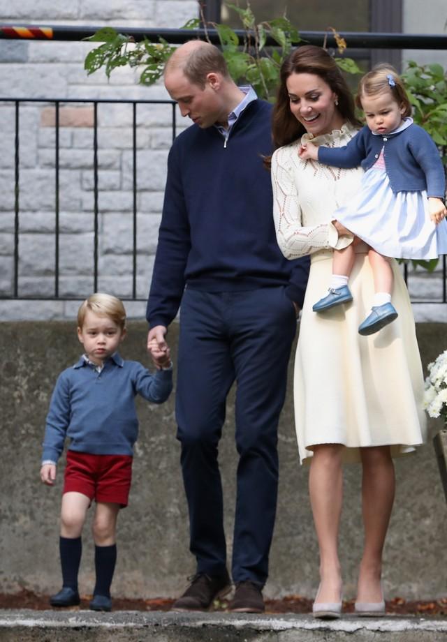 O Duque e a Duquesa de Cambridge posam com os filhos Charlotte e George no Canadá (Foto: Getty Images)