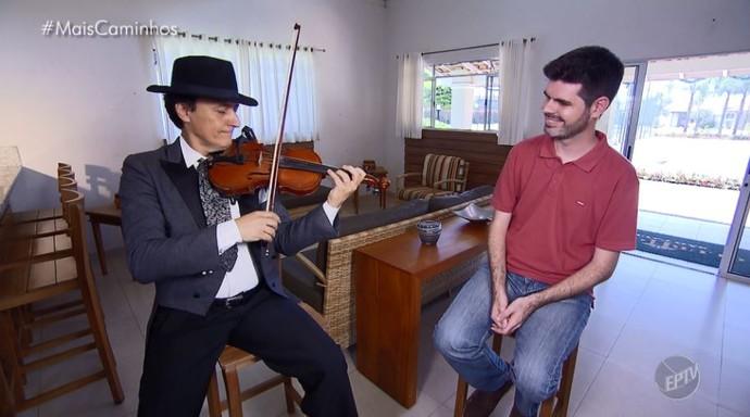 Silviolino apresenta algumas músicas para Daniel Perondi (Foto: reprodução EPTV)