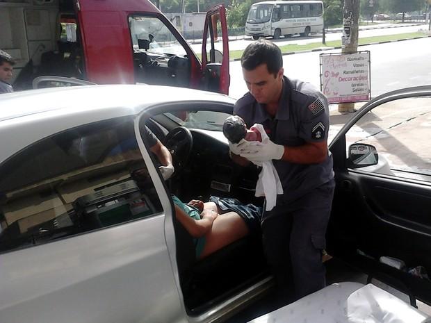 Funcionários do posto em Votorantim flagraram o nascimento do bebê (Foto: André B. Santos / Divulgação)