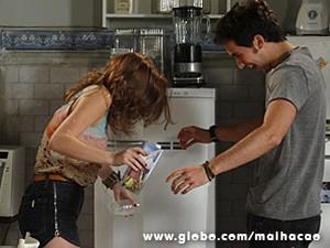 Anita dá um esbarrão em Ben e derruba tudo (Foto: Malhação / TV Globo)