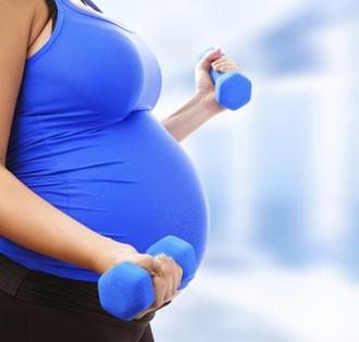 Grvidas: dicas de cuidados com a sade, a alimentao e o corpo no vero fazendo exerccio na academia (Foto: Getty Images)