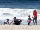 Luciano Huck e Angélica curtem praia em família