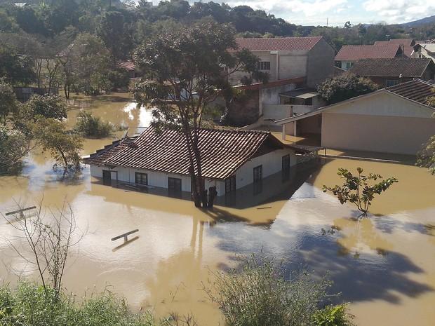 Sol chegou a aparecer em Rio do Sul, mas parte da cidade continua debaixo d'água (Foto: Luiz Souza/RBS TV)