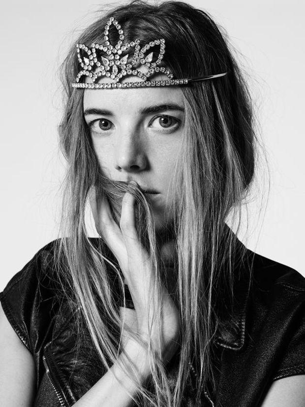 Agyness Deyn usa a tiara da Saint Laurent (Foto: Reprodução/Saint Laurent)