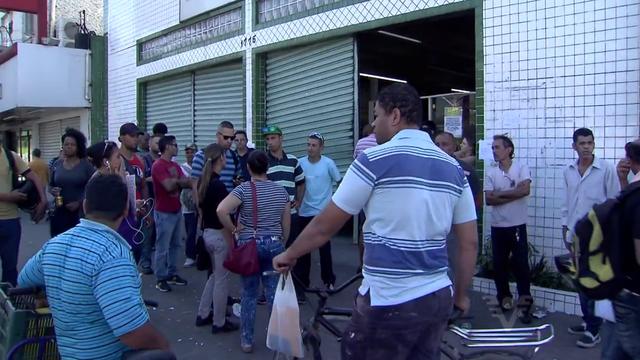 Munícipes danificaram posto do PAT, em Cubatão (Foto: Reprodução/TV Tribuna)