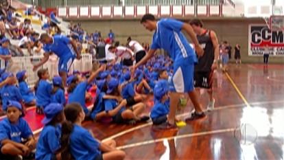Jogadores de basquete fazem ação social com crianças e jovens