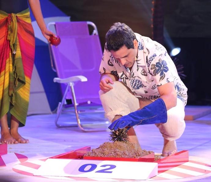 Bruno Garcia encontra o ouriço escondido no monte de areia número 2 (Foto: Carol Caminha/Gshow)