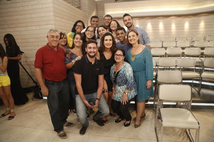 Plateia tira foto com a Fátima depois do programa  (Foto: Raphael Dias/Gshow)