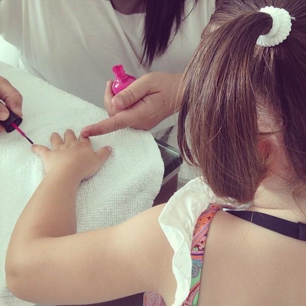 Isabella, filha de Carol Celico e do jogador Kaká, em dia de beleza (Foto: Reprodução/Instagram)
