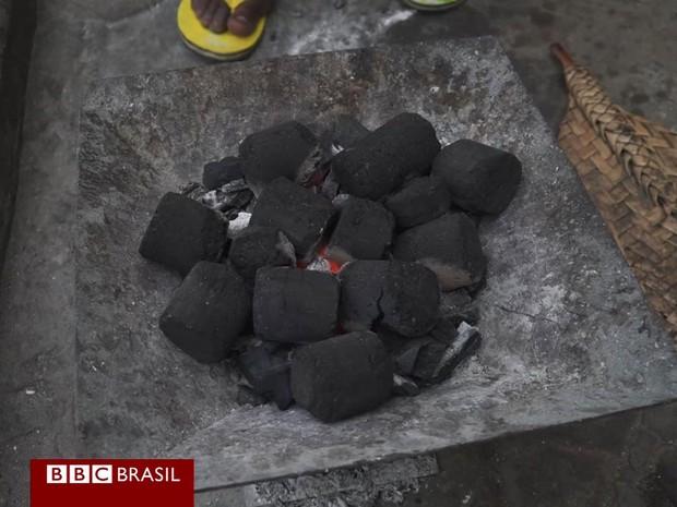 Gana tenta enfrentar a falta de saneamento e taxas de desmatamento no país para produção de carvão tradicional (Foto: BBC)