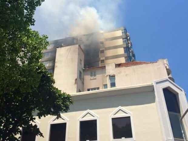 Por volta das 14h20, o fogo já parecia estar sendo controlado (Foto: Vera Íris / Globo)