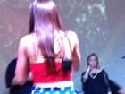 Anitta se empolga dançando e mostra furinhos na perna durante show