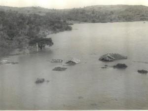 Fotografia mostra casas quase completamente cobertas pelo Lago de Furnas em Guapé (Foto: Arquivo Prefeitura Municipal de Guapé)