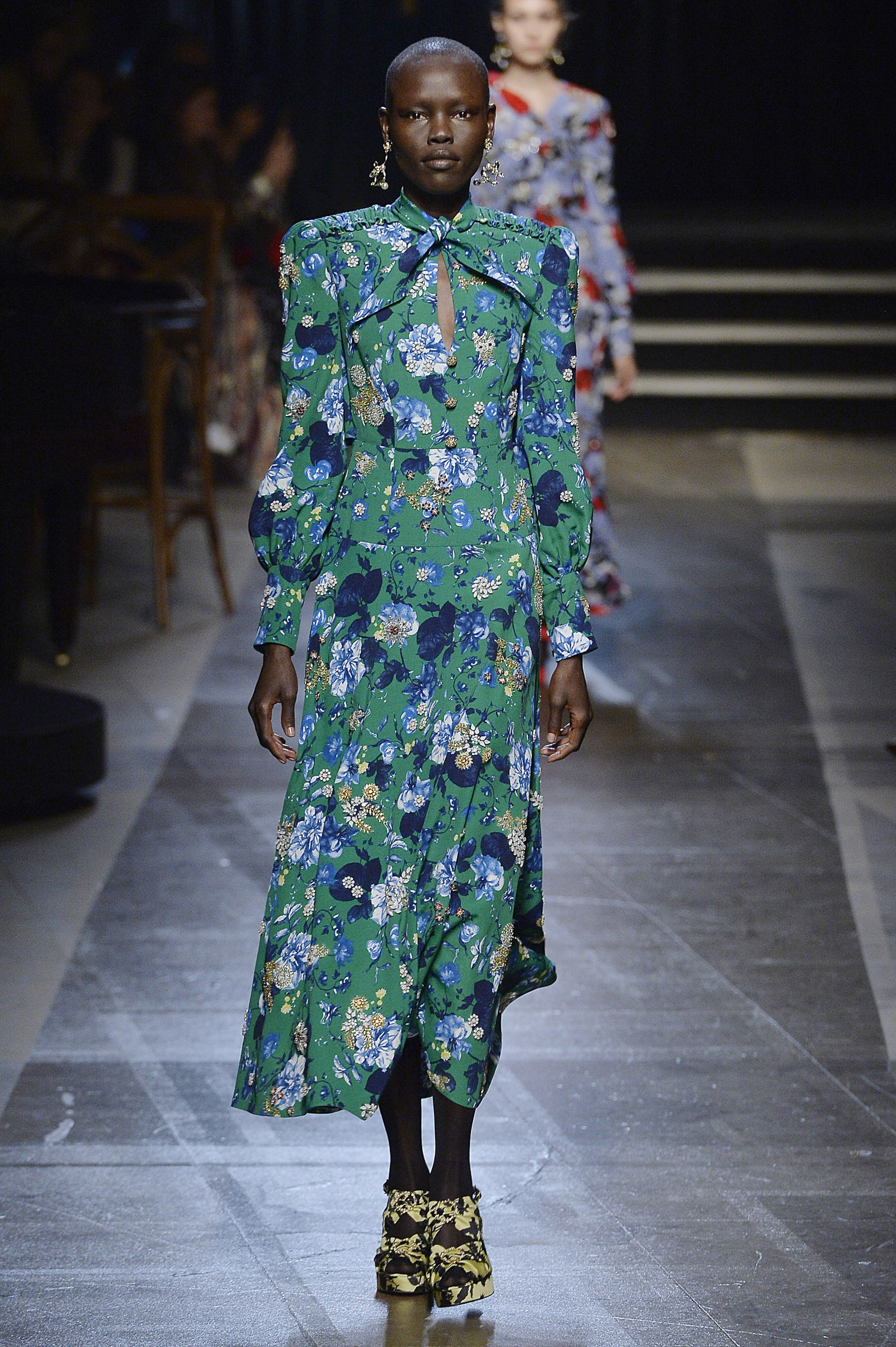 LONDON, ENGLAND - SEPTEMBER 18:  A model walks the runway at the Erdem Spring Summer 2018 fashion show during London Fashion Week on September 18, 2017 in London, United Kingdom.  (Photo by Catwalking/Getty Images) (Foto: Getty Images)
