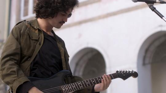 Gustavo volta a tocar violão em show