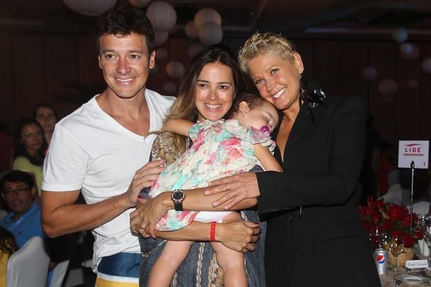 Xuxa Meneghel com Rodrigo Faro e Vera Viel (Foto: Manuela Scarpa / Foto Rio News)