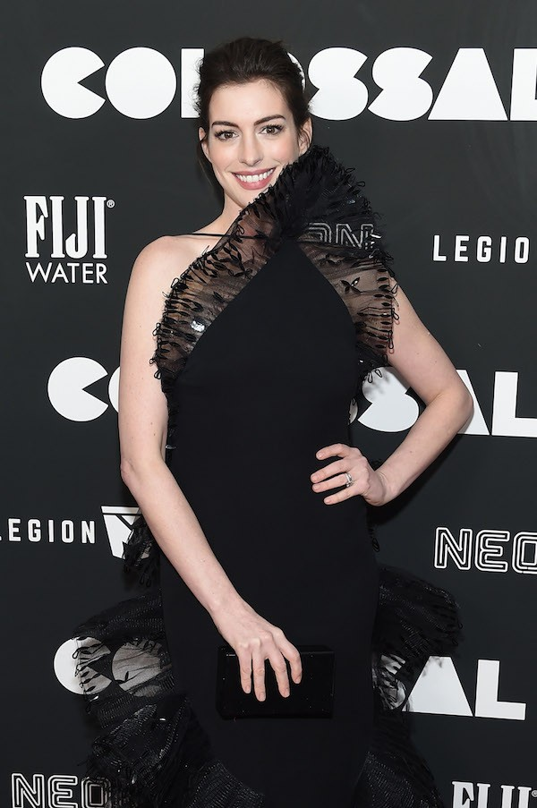 O vestido problemático da atriz Anne Hathaway (Foto: Getty Images)