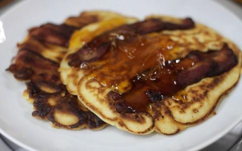 Panqueca americana com bacon e calda de laranja e mel