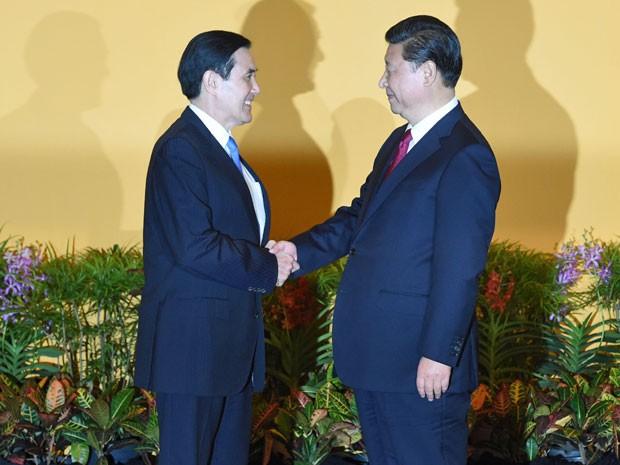 Xi Jinping (direita) e Ma Ying-jeou (esquerda) trocam cumprimentos antes do encontro em Cingapura (Foto: Roslan Rahman/AFP)