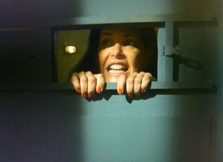 Final: Efeito da máquina passa e Tereza recobra a consciência dentro da cadeia