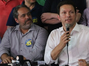 Ao lado do vice Gustavo Paim, Marchezan discursa após resultado da eleição (Foto: Rafaella Fraga/G1)