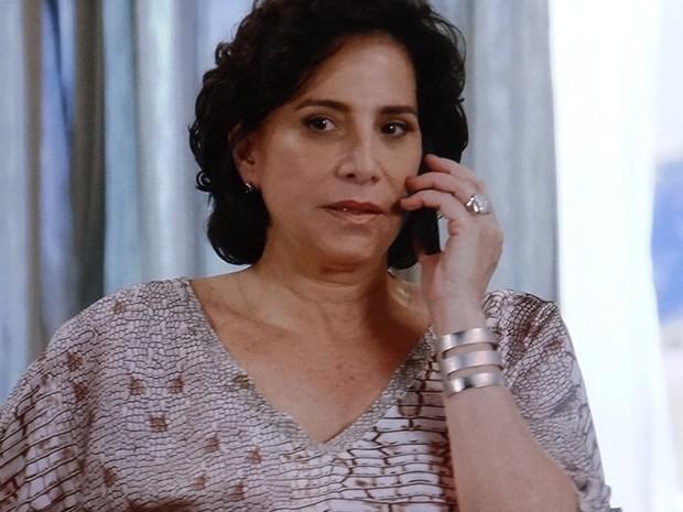 Adriana faz uma ligação muito suspeita (Foto: TV Globo)