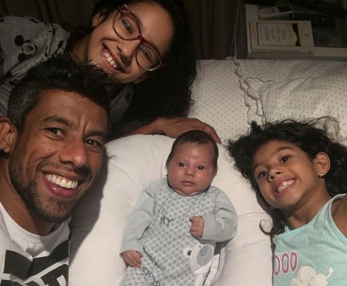 Léo Moura com a família: Maria Eduarda, 10 anos, Isabella, 8 anos, e Lucas, com três meses (Foto: Acervo pessoal)