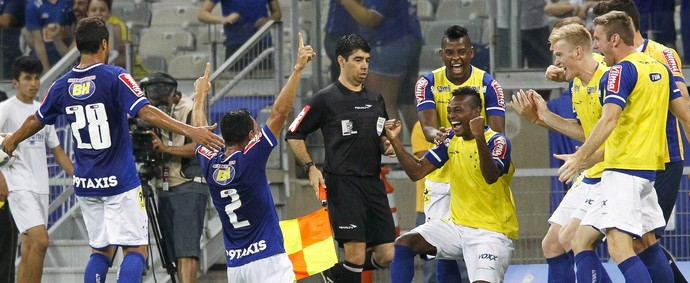 Jogadores do Cruzeiro comemora gol contra o Coritiba (Foto: Washington Alves/Light Press)
