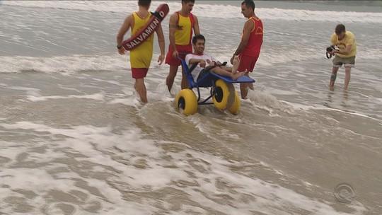 Praias de Palhoça passam a ter cadeira anfíbia para deficientes físicos