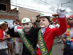 Papangus 'Lula' e 'Dilma' fizeram sucesso na folia de Bezerros (Foto: Alessandra Costa/ G1)